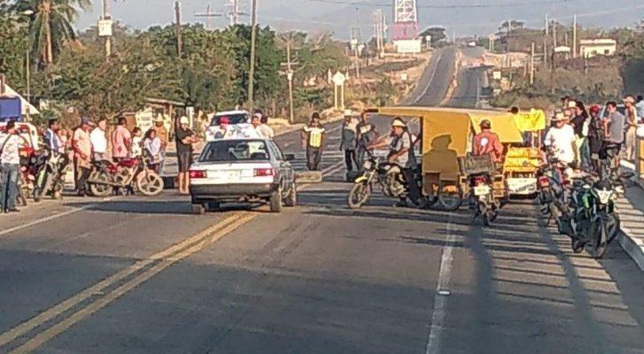 Protestan contra la llegada de mineras a Zanatepec, bloquean la carretera 190 (09:05 h)