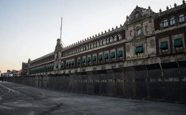 Palacio Nacional amurallado en víspera del 8M; 'ojalá así protegiera a la mujer', opinan (10:30 h)